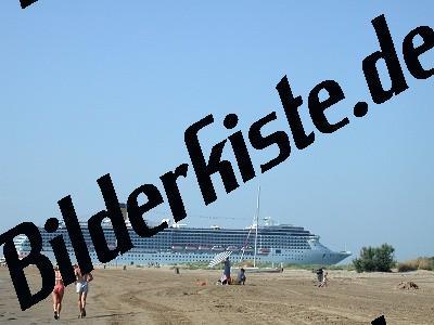 Passagierschiff vor Strand