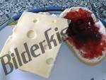 2 Brötchen mit Marmelade und Käse