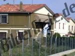 Haus hinter Zaun