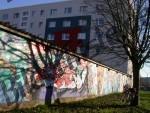 Mauer mit Graffitis
