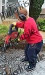 Kind arbeitet mit Bohrhammer