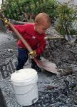 Kind schaufelt Steine